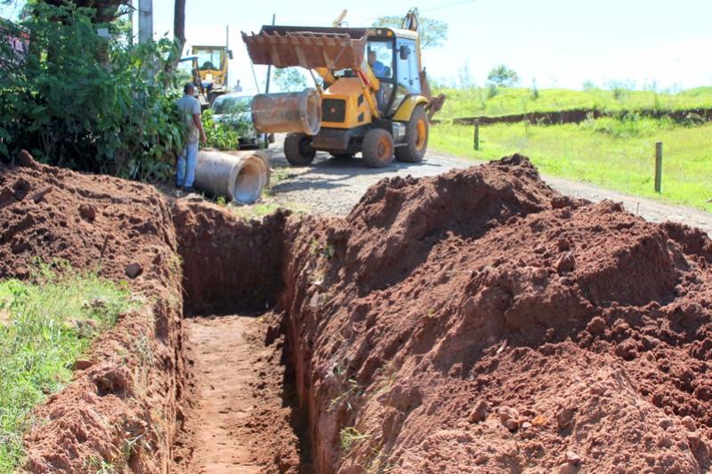 Secretaria de Viação e Obras instalou tubulação em Jaracatiá na estrada de acesso a empresa Amitec