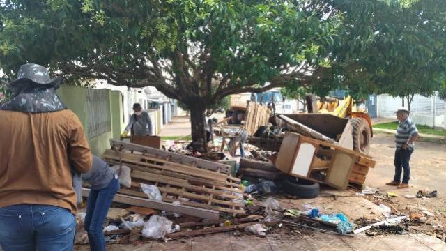 Prefeitura de Goioerê realiza limpeza em residência de acumulador de lixo