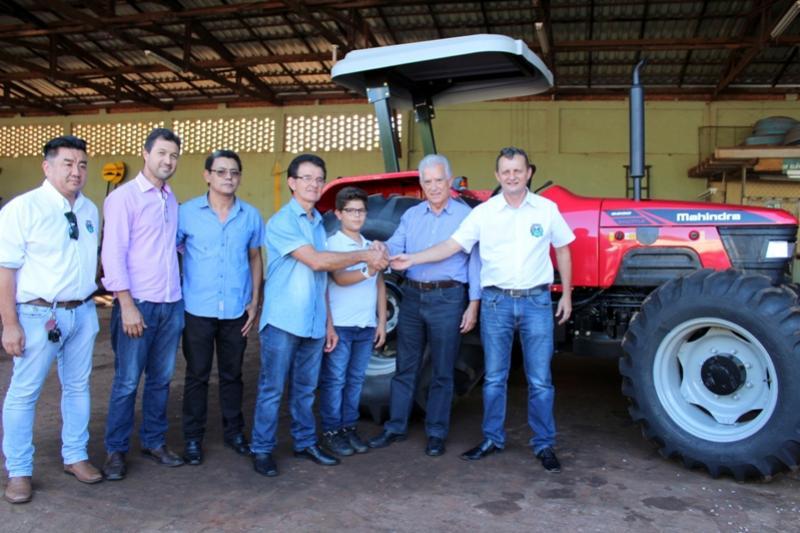 Prefeito Pedro Coelho e deputado Rubens entrega trator à Associação dos Produtores Rurais