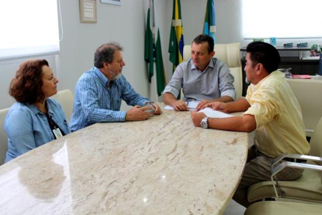 Pedro Coelho recebe parceiros do projeto de pavimentação rural com pedras irregulares