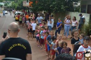 Polícia Militar distribui chocolates durante a páscoa nas cidades da região de Maringá