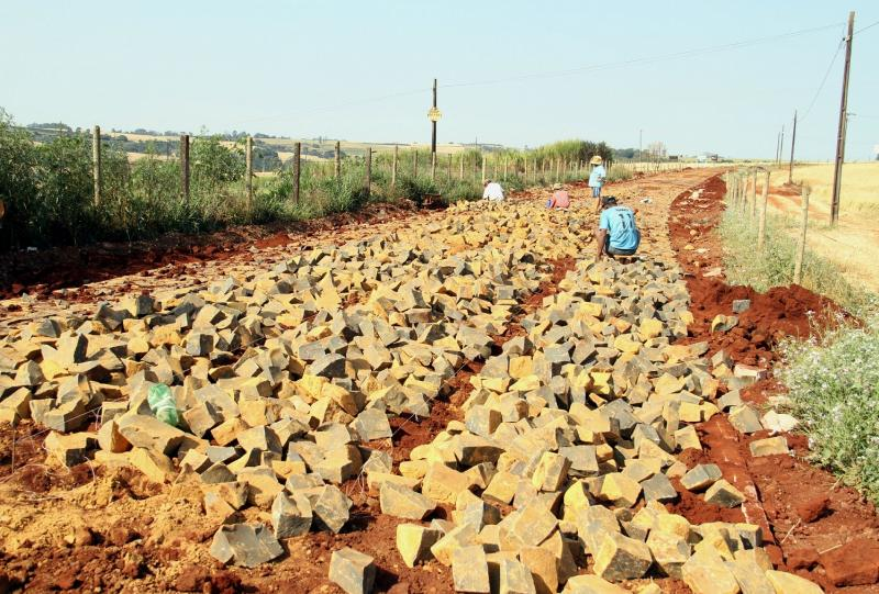 Prefeitura licita pavimentação para pedras irregulares na estrada de Flor do Oeste