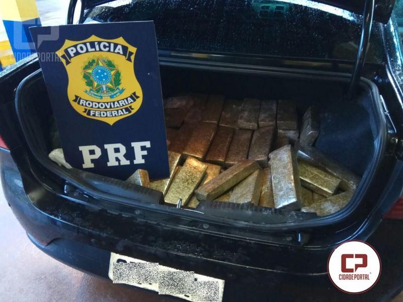 PRF apreende fuzil, mil munições, 318 quilos de maconha e recupera veículo roubado