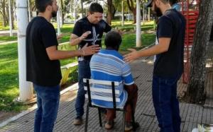 Jovens da Igreja Presbiteriana Renovada de Goioerê implantam projeto de oração em locais públicos