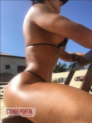 Musa fitness: Morenaça tem pegado pesado em seus bronzeamentos para fazer bonito nos ensaios fotográficos