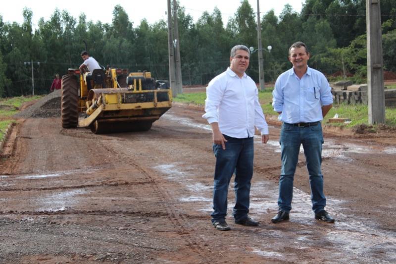 Pavimentação asfáltica esta sendo realizada no campus regional da UEM de Goioerê