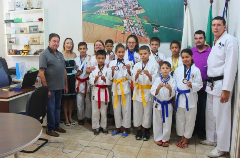 Prefeito  Krachinski recebe alunos do Projeto Cidadãos do Futuro que se destacaram no Paranaense de Karatê