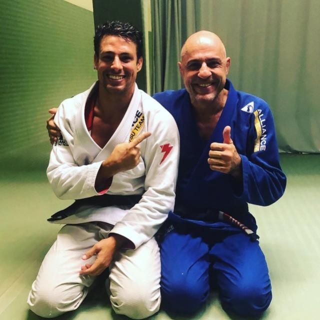Cauã Reymond celebra novo status no jiu-jitsu