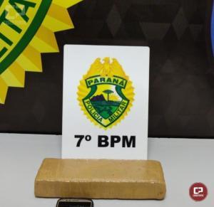 Policiais do 7º BPM apreendem tablete de maconha e encaminham dois homens em Cruzeiro do Oeste