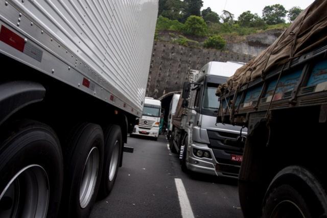 Greve de caminhoneiros chega ao 8º dia mesmo após anúncio de Temer