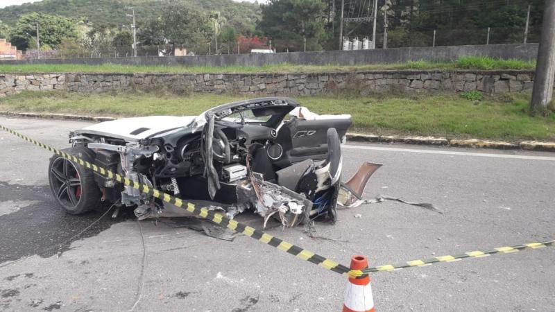 Acidente mata empresário em SC, carro de luxo fica partido ao meio