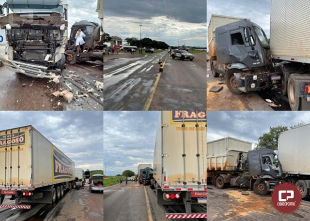 Dois caminhões colidem e deixam duas pessoas gravemente feridas na PR-323