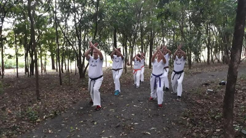 Professor e alunos da Academia Karatê Águas Claras promoveu uma caminhada com exercícios de karatê