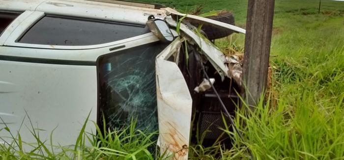 Hilux com placas de Campina da Lagoa capota na PR-239 em Roncador
