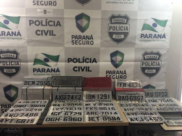 Suspeitos de manter fábrica de placas clandestinas são presos em posse de quatro veículos clonados